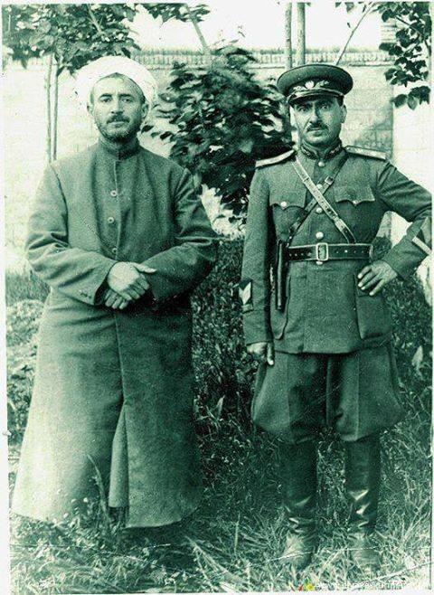 صورة نادرة الملا مصطفى البارزاني على اليمين و القاضي محمد على اليسار
