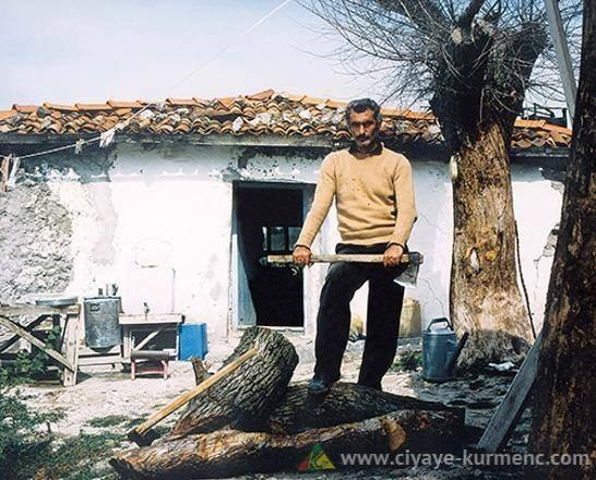 الصورة تعود للمخرج السينمائي يلماز غوني وهو سجيناً في سجن جزيرة إيمرلي
