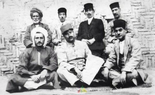 صورة للرئيس الراحل قاضي محمد وبعض وجهاء تلك الفترة.